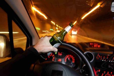 90后女司机酒驾:3车受损2人死亡!